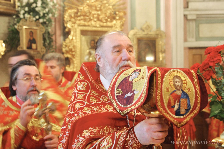 Именно при отце Владимире Фоменко возродилась богослужебная и приходская жизнь Владимирского собора