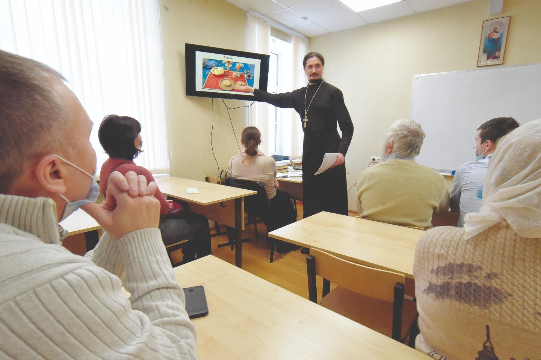 Священник Вячеслав Камаев ведет уроки в воскресной школе для взрослых