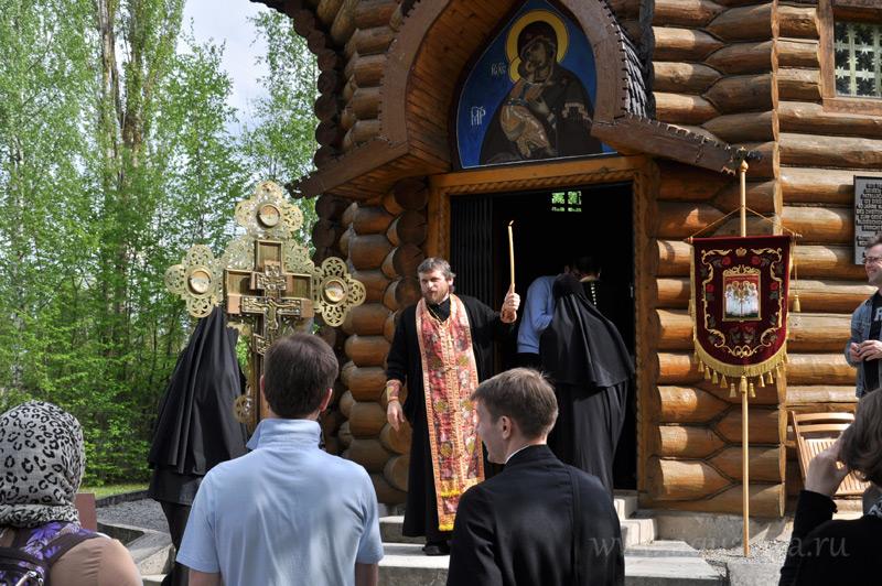 Встреча крестного хода у часовни Воскресения Христова на территории бывшего концлагеря Дахау священником Николаем Забеличем. Дахау — единственный подобный мемориал в Европе, где стоит православный храм