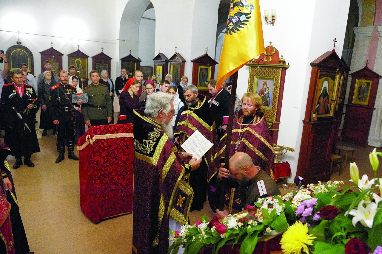 Отец Владимир освящает царский штандарт