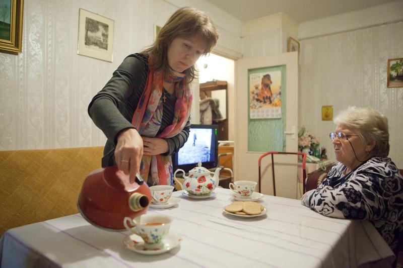 Матушка Юлия Палюлина, возглавляющая социальную работу в Тихвинском храме, навещает пожилую прихожанку