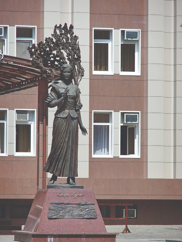 Памятник актрисе Кларе Лучко в Краснодаре. Скульпторы: Виталий Шанов и Дарья Успенская