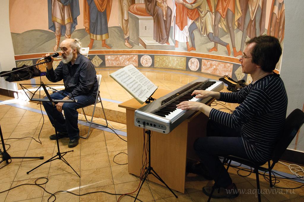 Марк Бомштейн и Виктор Сунчелеев («ФолкСитиБанда ГДЕ-ТО-РЯДОМ») на концерте в культурно-просветительском центре Феодоровского собора. 29 мая 2016 года