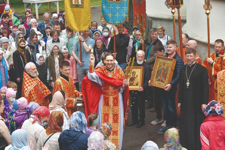 Многие прихожане деятельно участвуют в богослужении, составляя алтарническое братство