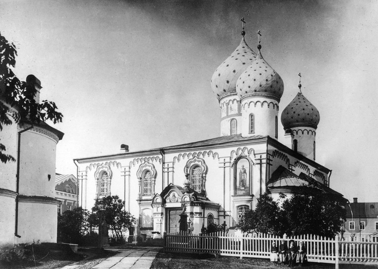 Введенский собор — главный храм обители
