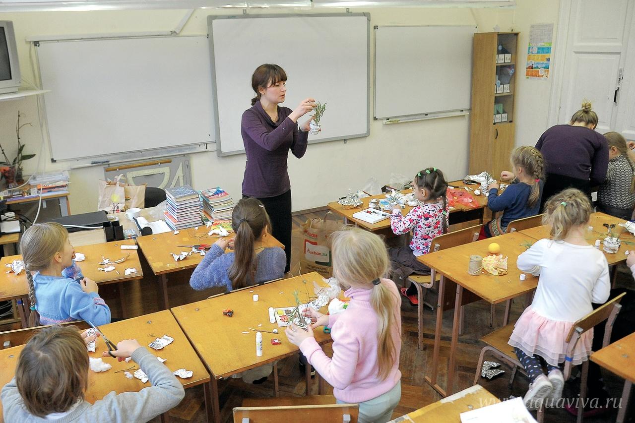 Воскресную школу посещают около 60 учеников, занятия проходят в трех возрастных группах