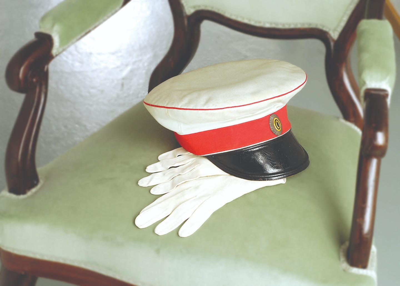Фуражка и перчатки Александра II. Фото Пентти Потконен