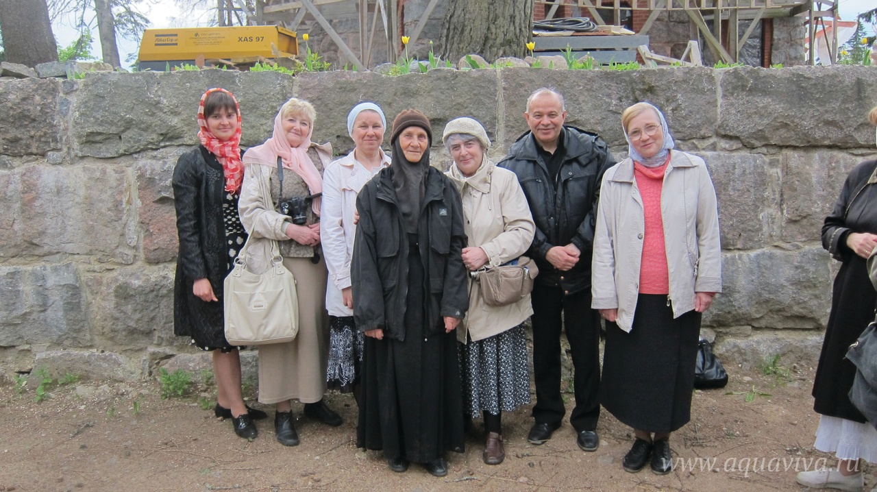 В Линтуле с первым выпуском «Школы православных экскурсоводов» и матерью Марией (Судаковой). 2012 год