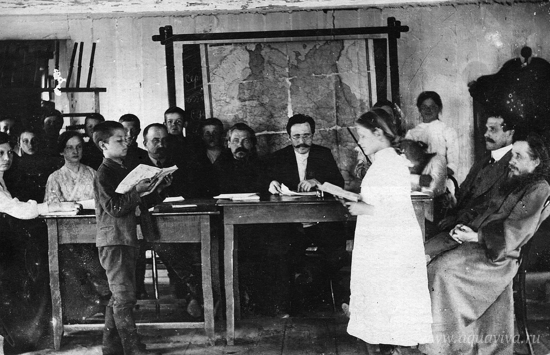 Экзамен в церковно-приходской школе в Нижней Туре. 1916 год. Отец Александр Адрианов — крайний справа