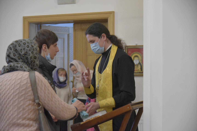 Священник о. Вячеслав Камаев исповедует прихожан в течение всей службы