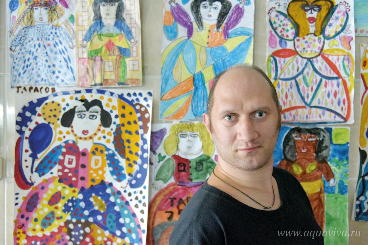 Вячеслав Тарасов — мастер женского портрета — на фоне своих работ