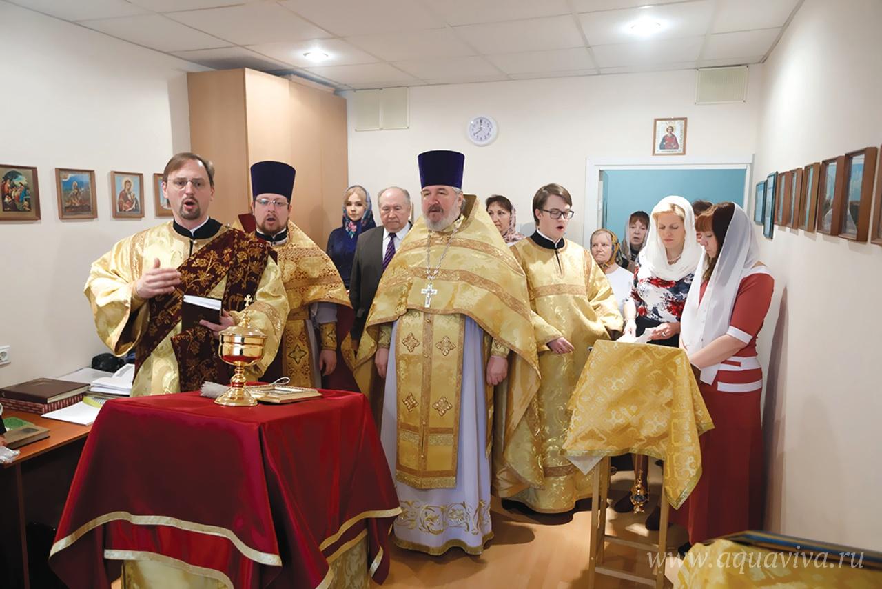 Литургия в храме святителя Луки Крымского. Второй слева — настоятель иерей Владислав Антонов