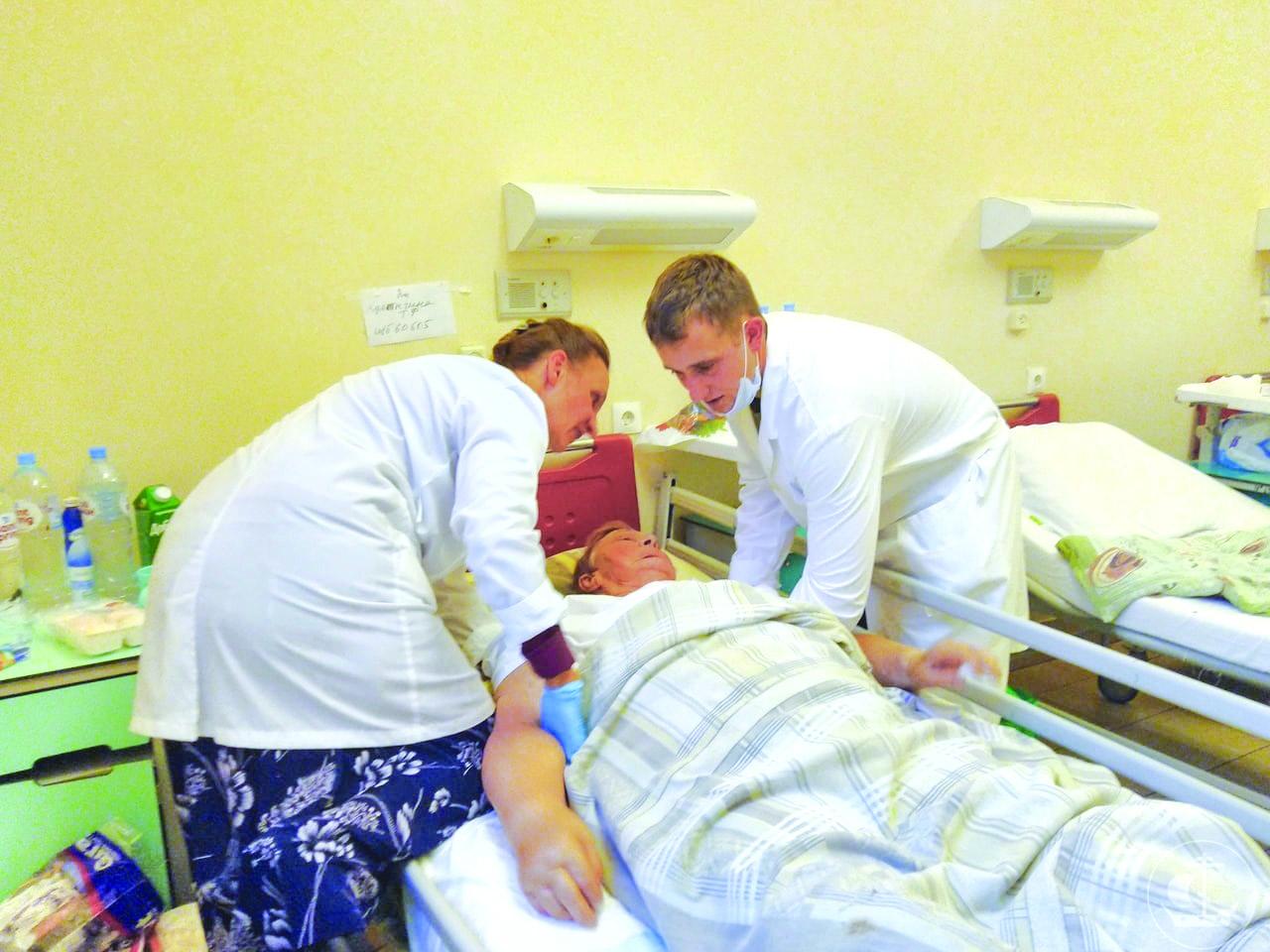 Помощь Покровской общине в Мариинской больнице. Юрий Дубовский - на фото справа