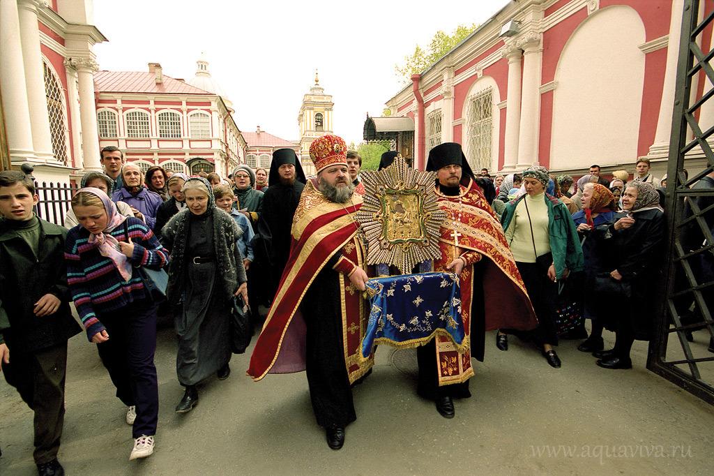 Проводы списка чудотворной Почаевской иконы Божией Матери из Александро-Невской Лавры. 2003 год