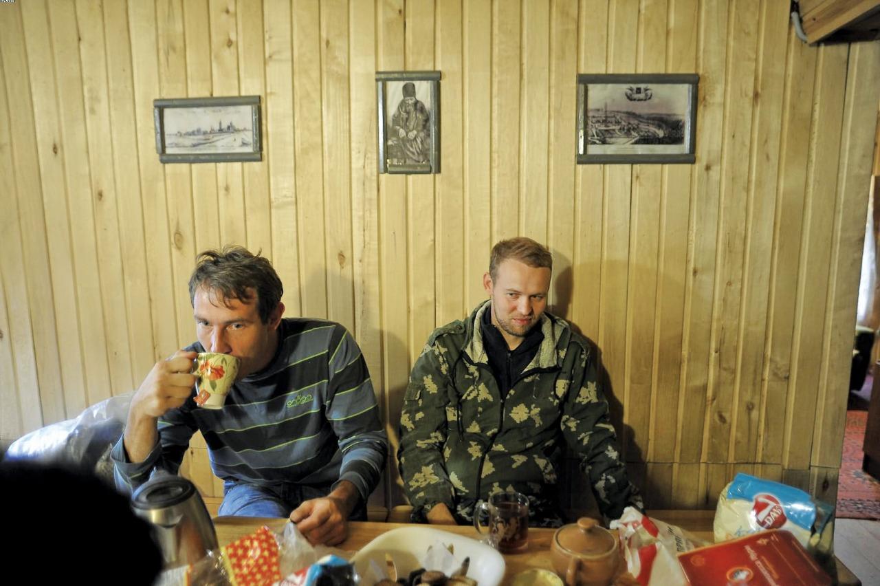 Павел Егоров (слева) иАлександр Козлов (справа). Вечерний чай накануне поездки впустынь