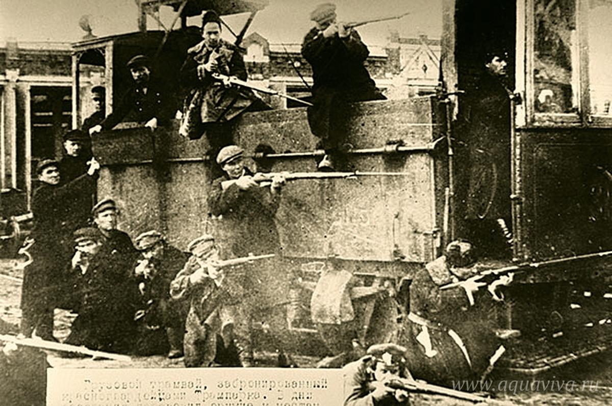 Бронированный грузовой трамвай, который изготовили и использовали красногвардейцы в октябрьских боях в Москве. Октябрь 1917 года