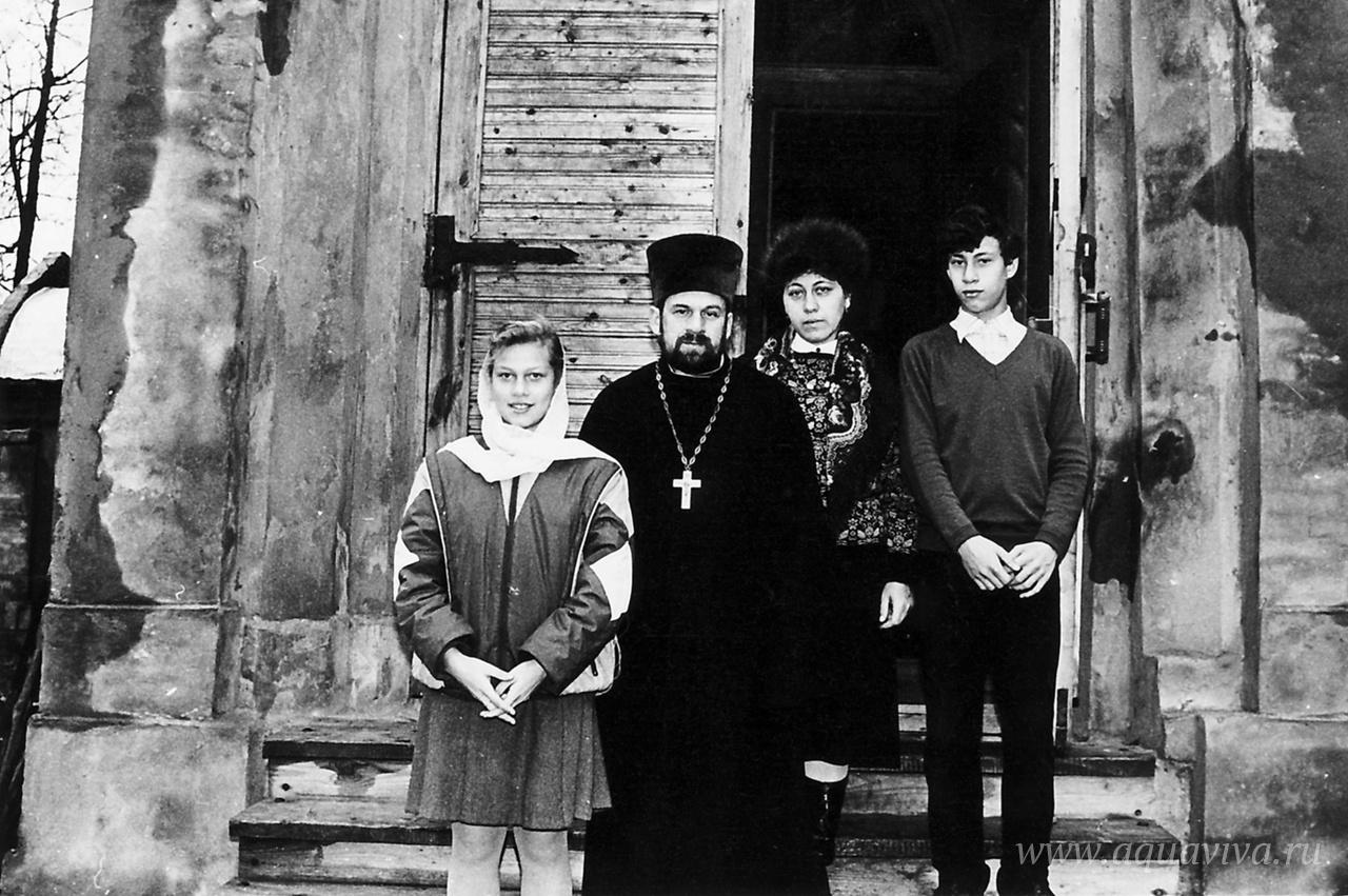 Протоиерей Евгений Бабинцев с семьей на крыльце храма, 1995 год