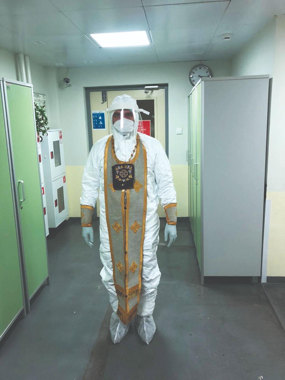 Иерей Алексий Лебедев в специальном защитном костюме для пребывания в «красной зоне»