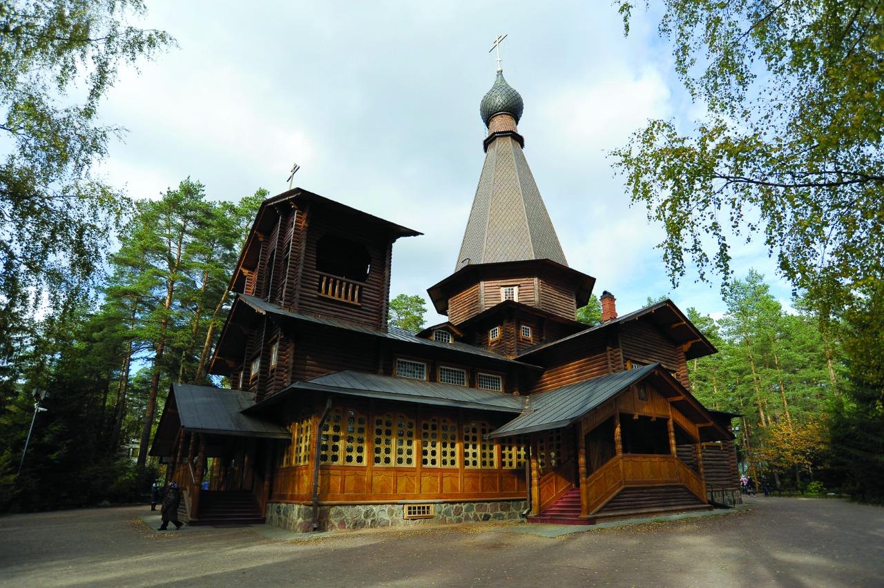 Церковь Казанской иконы Божьей Матери в Вырице (слева) и могила преподобного Серафима, над которой в 2000 году была построена деревянная часовня