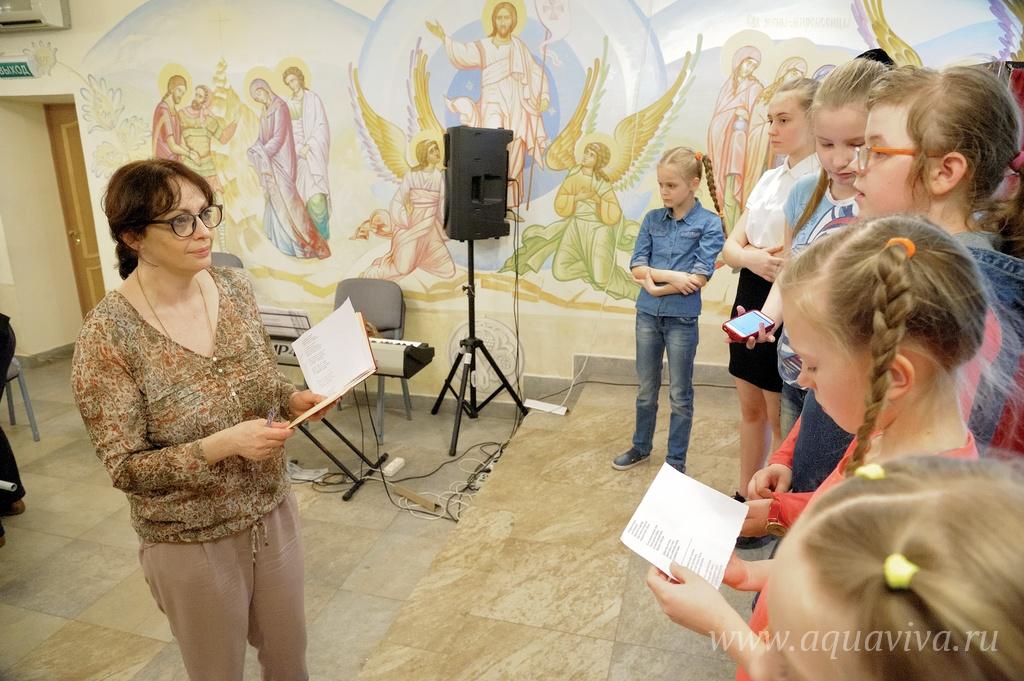 Александра Бражникова на репетиции — дети готовятся к выступлению в Святодуховском центре