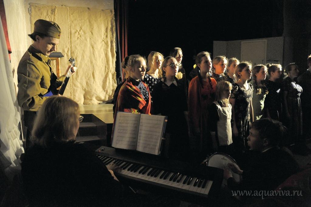 В перерывах между актами детский хор Спасо-Парголовского храма исполнял песни военного времени