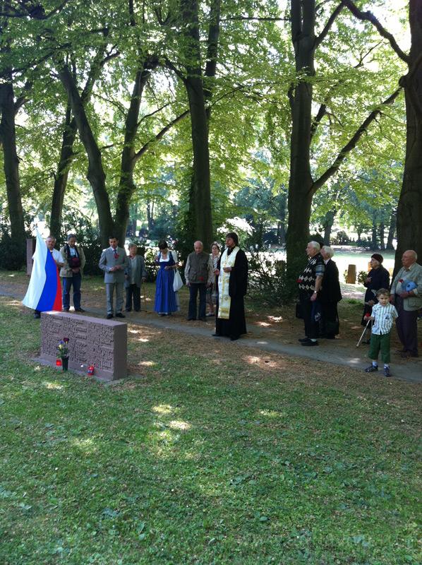 Панихида на центральном кладбище города Штутгарта, где находятся братские захоронения. Здесь лежат останки тех, кто был угнан фашистами на принудительные работы (женщины и дети — русские, поляки, венгры, румыны, чехи...)