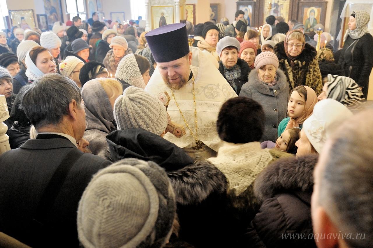 На первом этаже, в Почаевском храме, уже служат Литургии