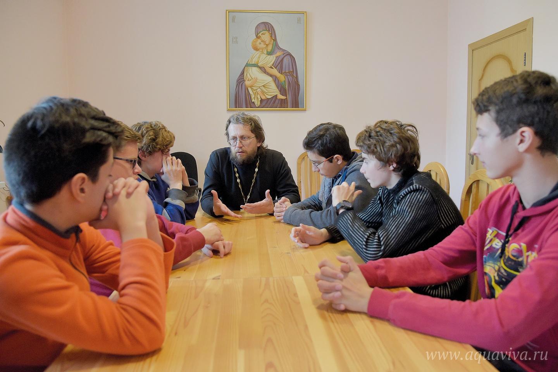 Протоиерей Игорь Райкевич и диакон Владимир Рождественский (справа) ведут занятия в воскресной школе