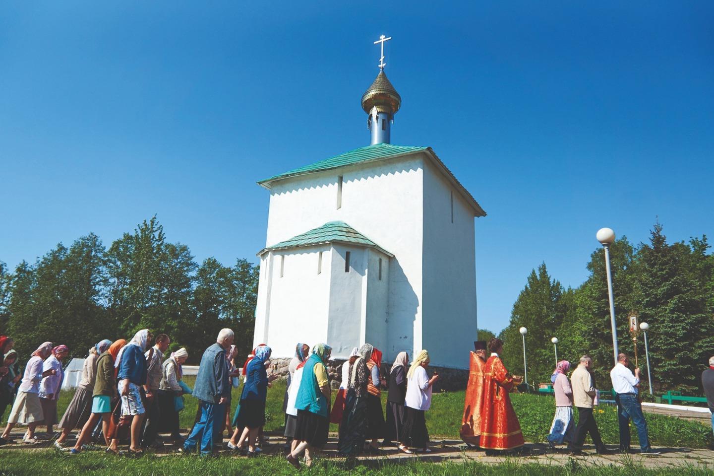 Пасхальный крестный ход у часовни свт Николая Чудотворца