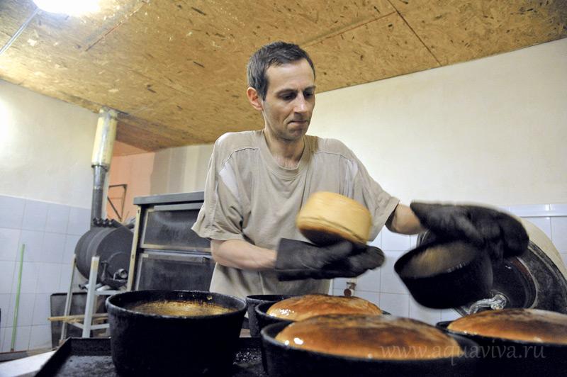 Пекарь Дмитрий Галаган в одиночку обеспечивает хлебом и братию, и трудников