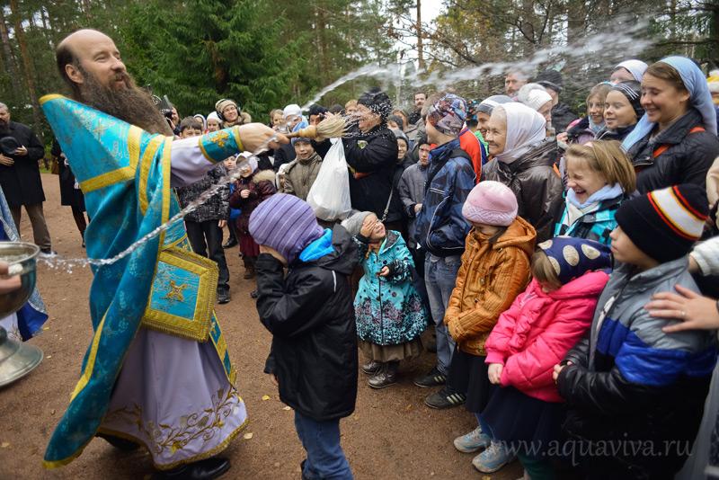 Казанский храм в Вырице постоянно принимает ребят, окормляемых «Православной детской миссией». Клирик храма иеромонах Кирилл (Зинковский) — один из духовников Миссии