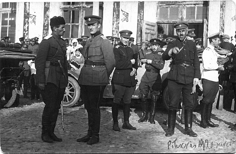 С. Н. Булак-Балахович (крайний слева) с командующим эстонской армией Йоханом Лайдонером. Псков. 31 мая 1919 года