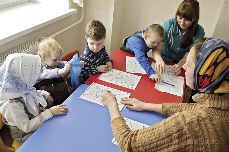 Пока родители молятся, с детьми занимается педагог