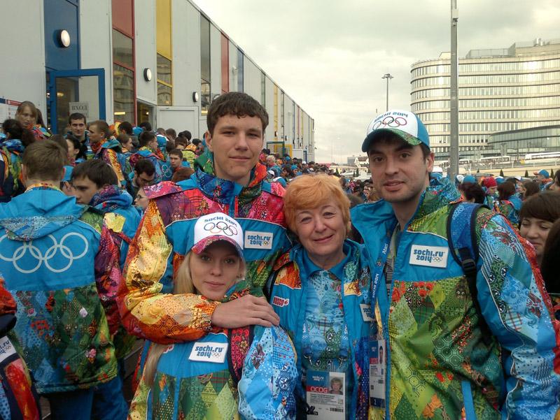 волонтер Тамара Толстопятенко (в центре)