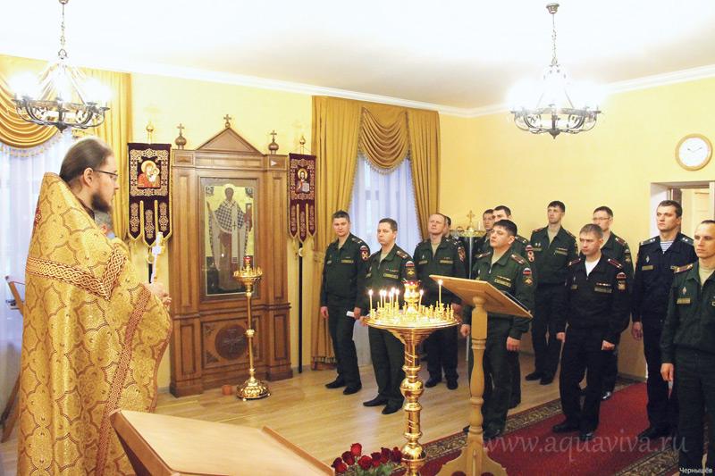 Настоятель храма иерей Олег Алексеев произносит проповедь после субботней Литургии