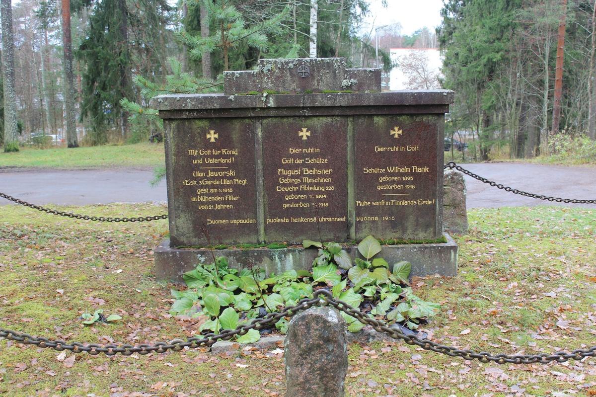 Памятник немецким солдатам, погибшим в 1918 году, на прихрамовой территории