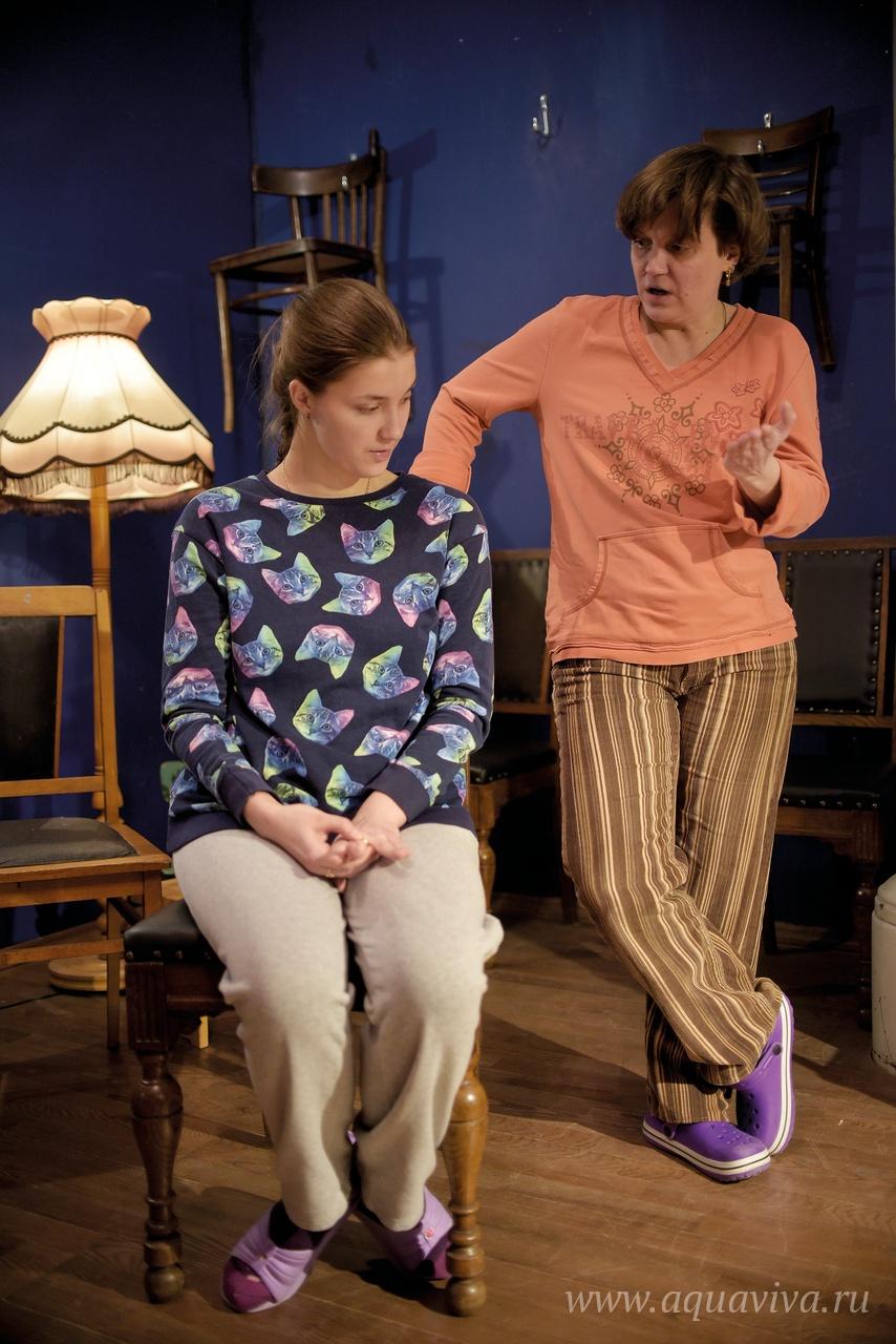Зритель, впервые попадая в «Квартиру», не всегда понимает, начался спектакль или еще нет. Те, кто сможет отпустить ситуацию, обязательно получат удовольствие
