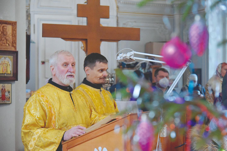 Павел Таравков (слева) планирует издать небольшую книжку об истории храма
