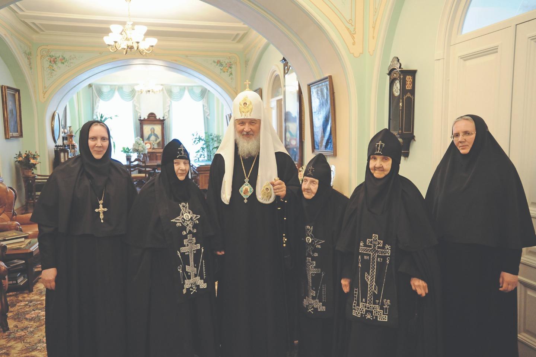 Святейший Патриарх Кирилл в Иоанновском монастыре. Крайняя слева — ныне покойная игумения Серафима (Волошина), родная сестра матушки Людмилы, была настоятельницей в 1991–2013, крайняя справа — монахиня Людмила (ныне игумения), третья справа рядом со Святейшим — схимонахиня Гавриила (Волошина), мать игумении Серафимы и игумении Людмилы. 12 июля 2009