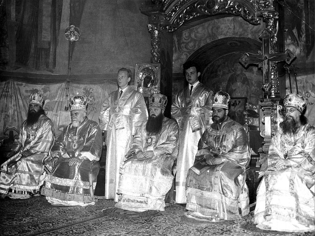 Митрополит Ленинградский Никодим и его иподиаконы Геннадий Нефёдов и Владимир Гундяев (будущий святейший Патриарх).1968 год