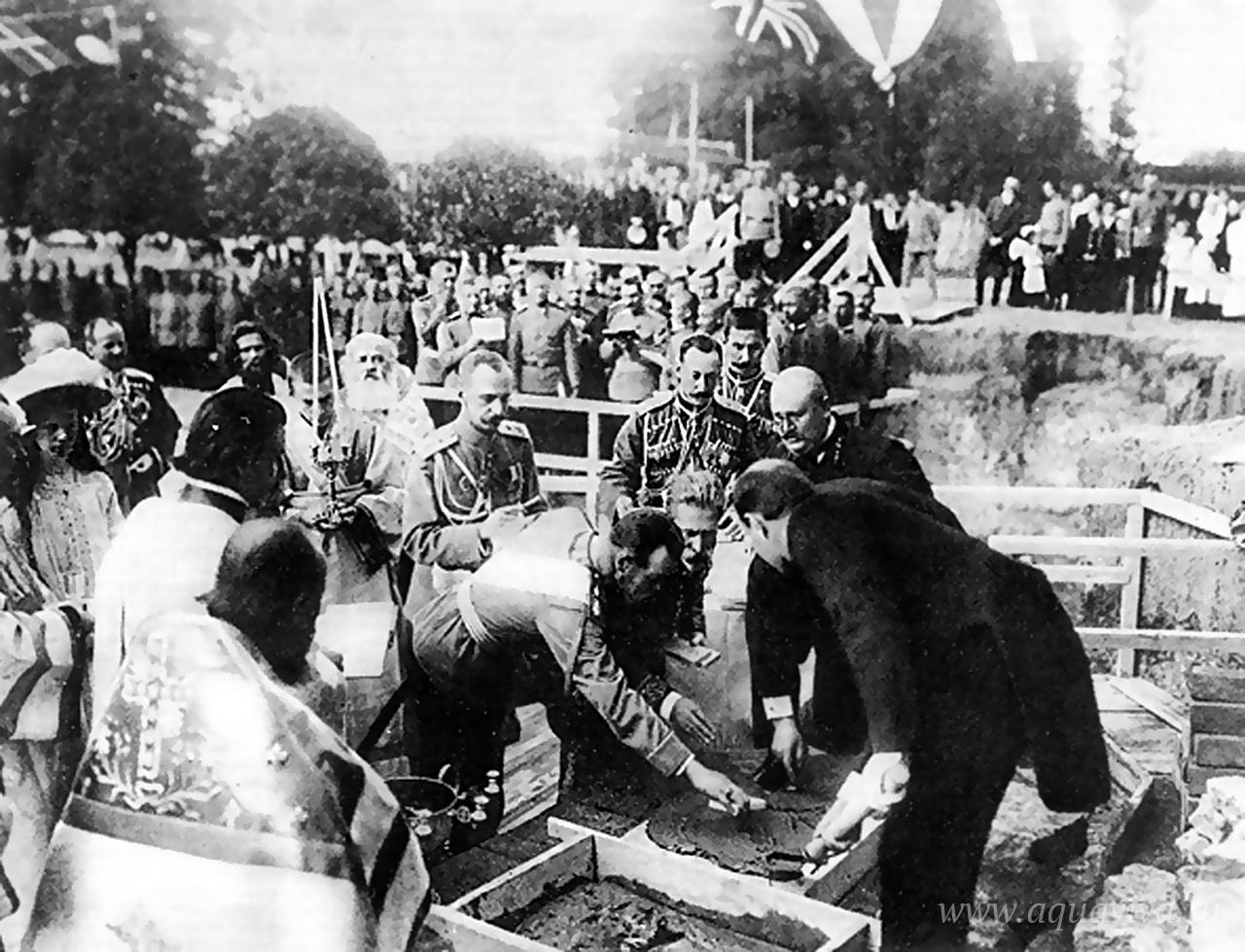 Государь возлагает первый кирпич при закладке Феодоровского собора в Царском селе. 20 августа 1909 года
