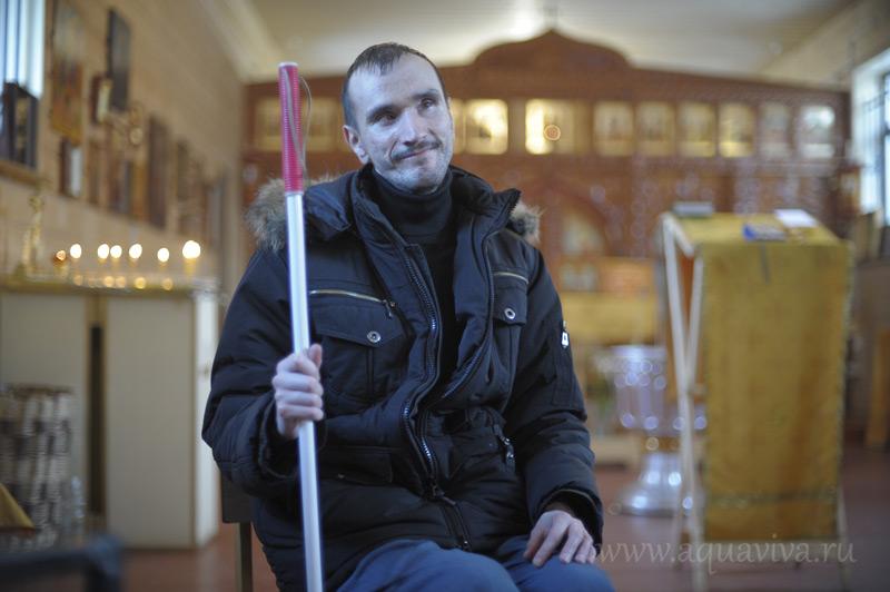 Олега Коржинского заботливые прихожане привозят в храм и отвозят домой после каждой службы