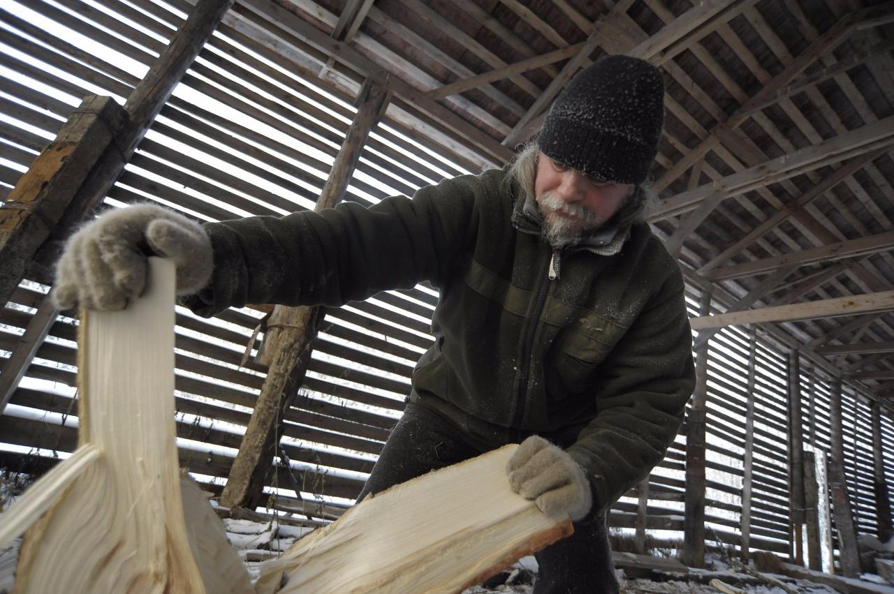 Иеромонах Иоанн (Сёмин) считает, что колоть дрова на морозе особенно удобно — дерево на холоде становится хрупким