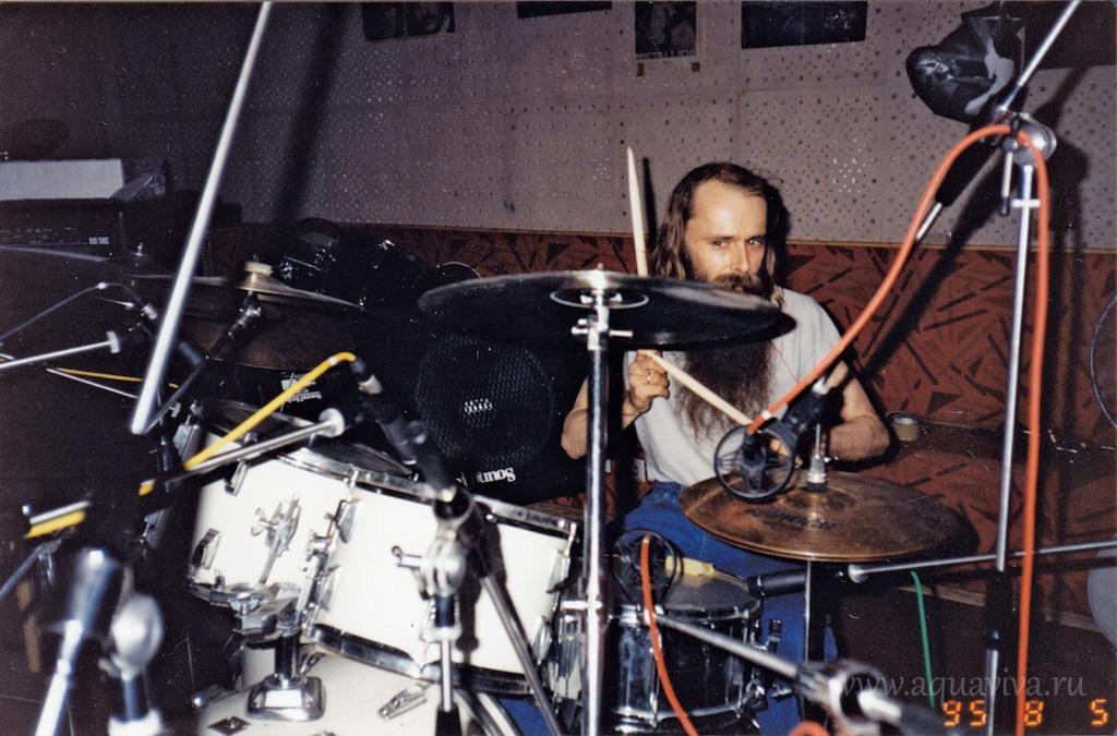 Умение играть на барабанной установке Александр Видякин получил на заре своей музыкальной карьеры, от участника популярной в 60-е годы группы «Кочевники» Олега Кукина