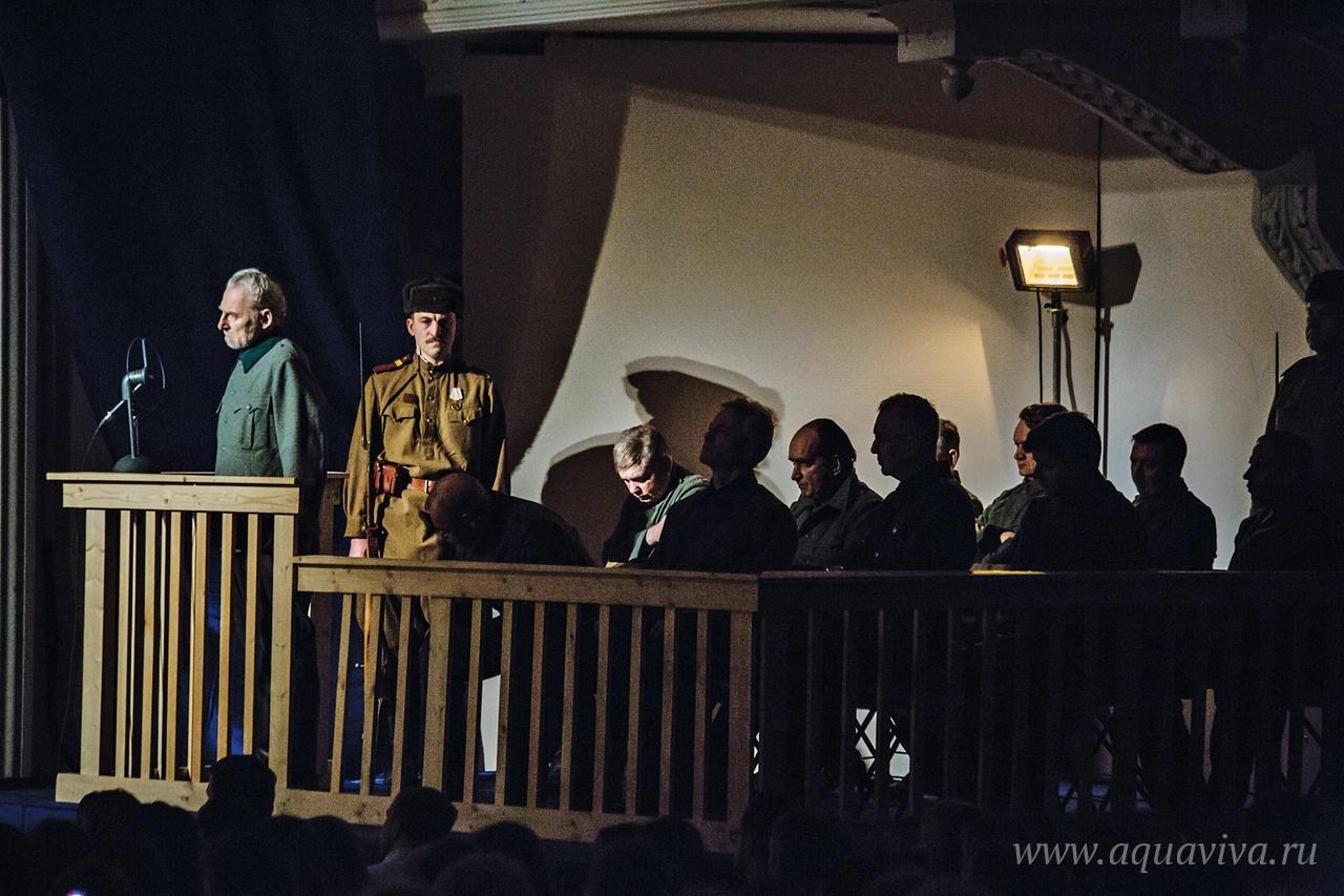 Скамья подсудимых на Новгородском суде 1947 года