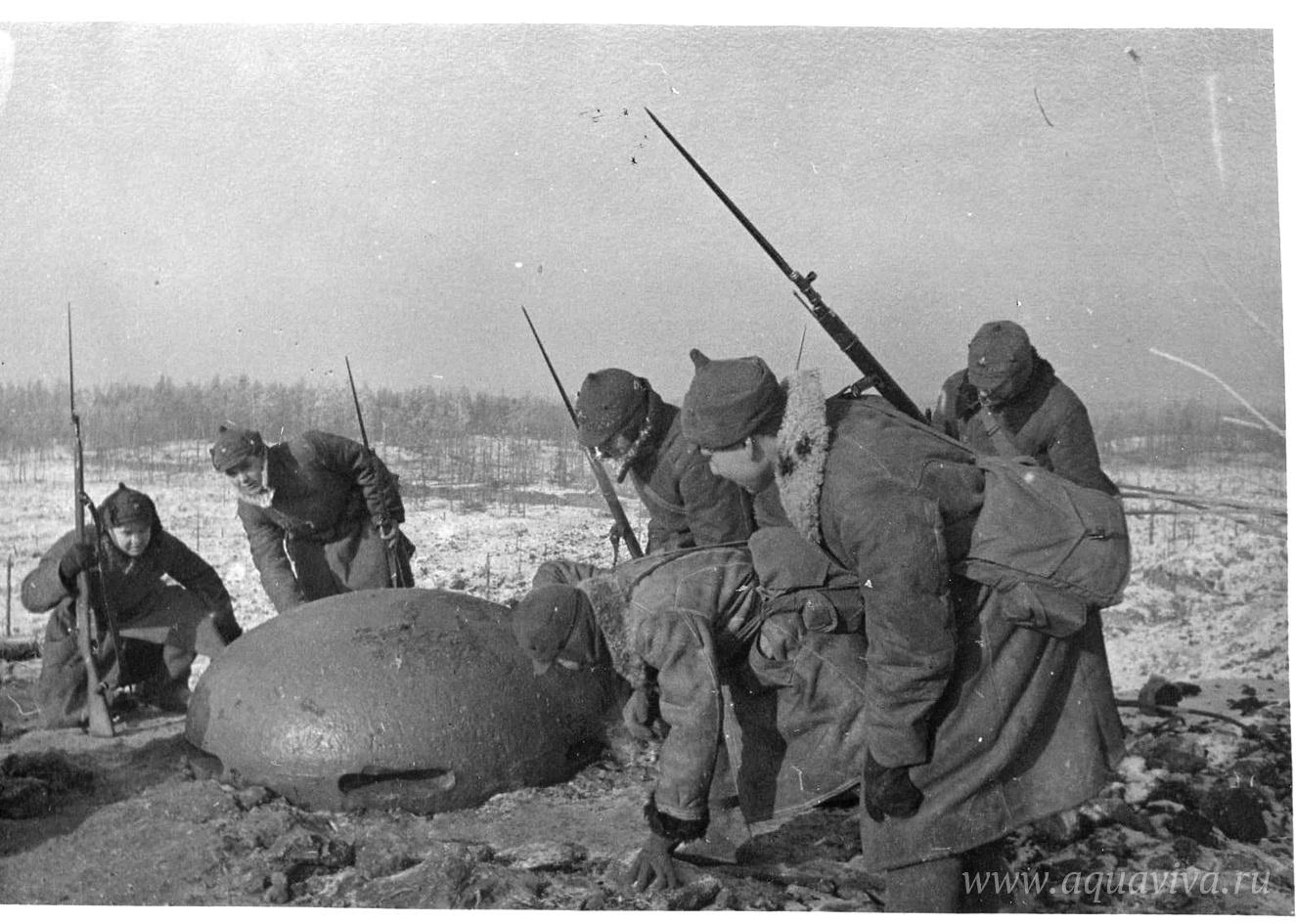 Солдаты РККА у захваченного финского ДОТа. Дата и время неизвестны