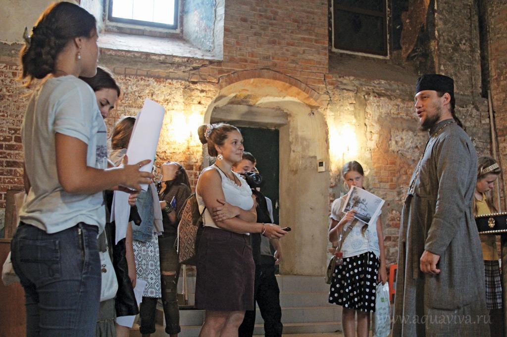 Юные журналисты снимают сюжет о пострадавших в XX веке храмах