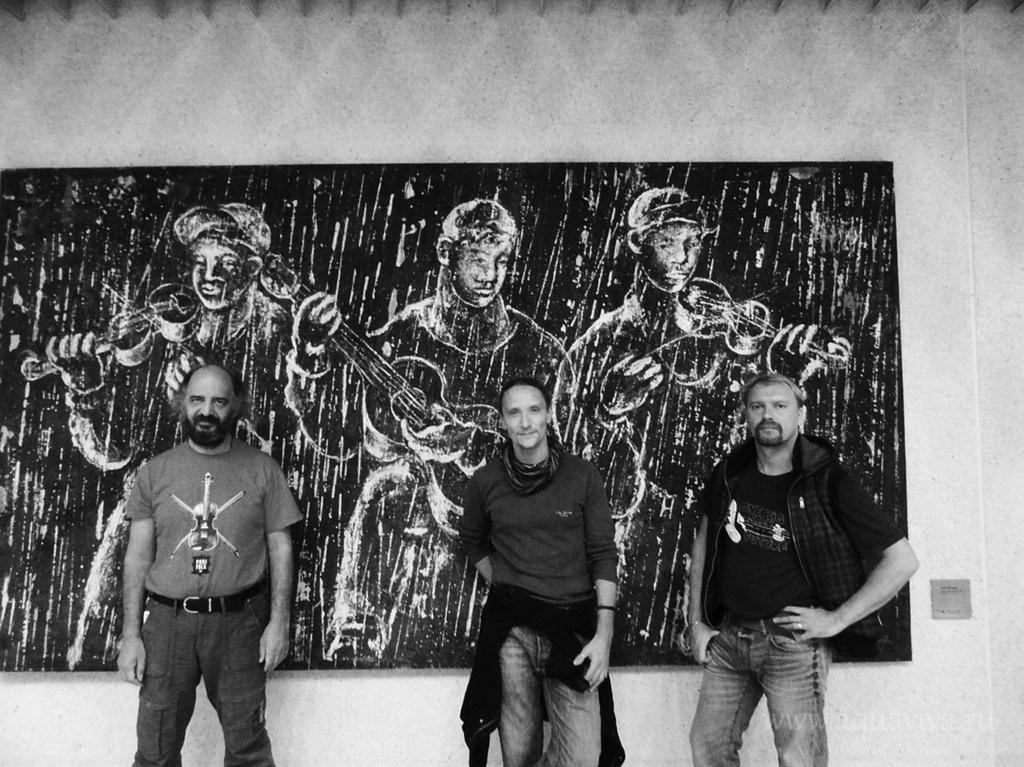 Музыканты живут и работают в Санкт-Петербурге, но, как и положено цыганскому трио, много гастролируют