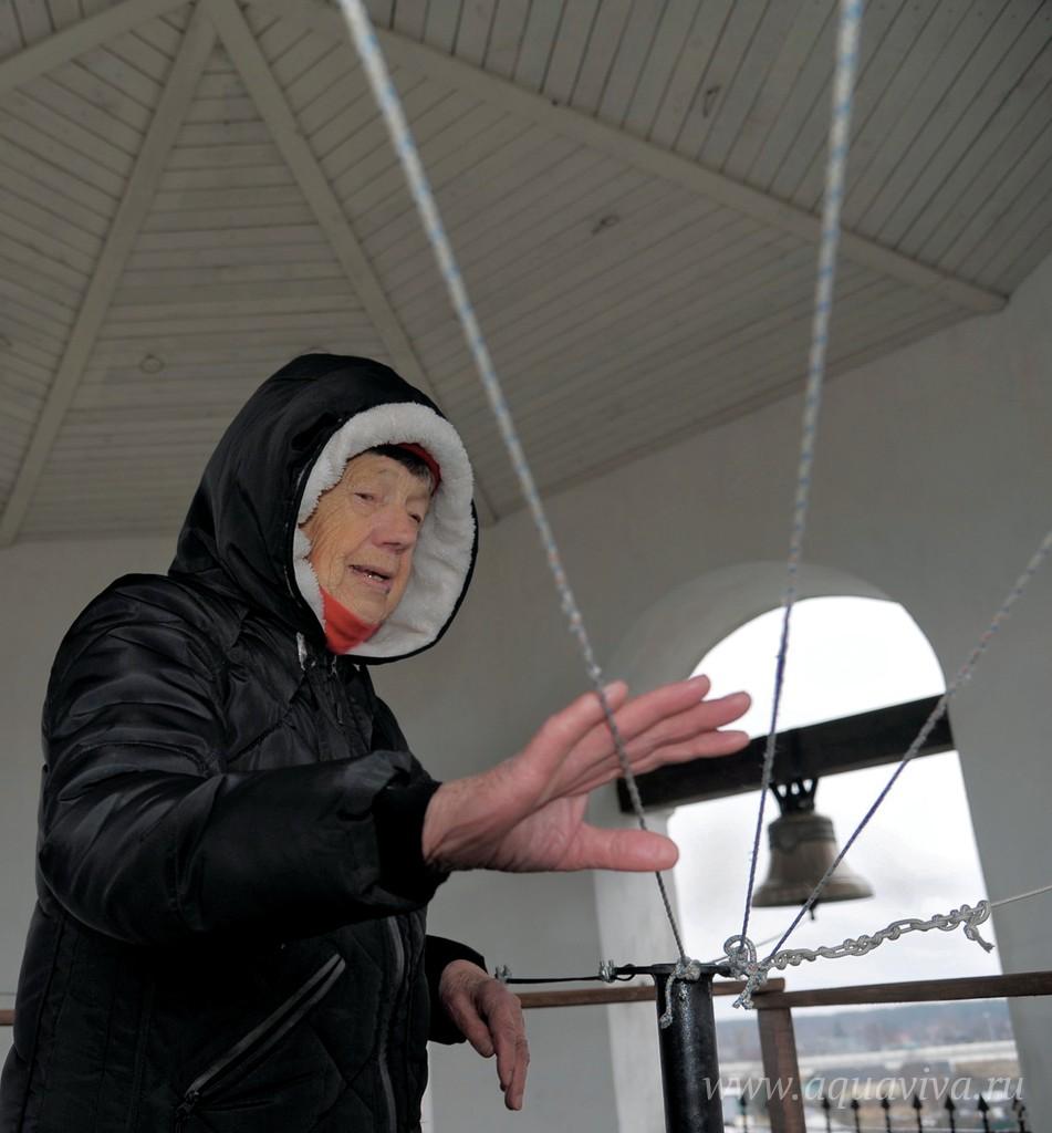 Людмила Андреевна прожила в городе всю жизнь, ее семья была репрессирована. Она добровольно взяла на себя служение звонаря и регулярно поднимается на недостроенную еще изнутри колокольню В воскресной школе дети не скучают, пока взрослые