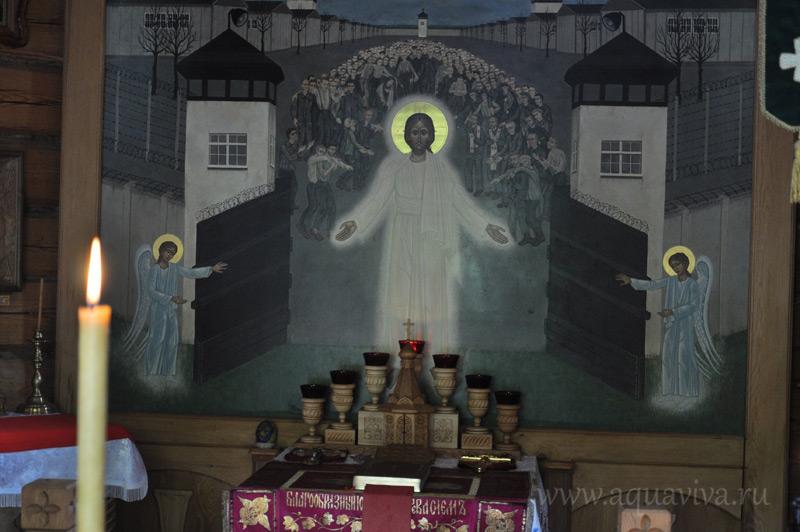 Алтарный образ часовни уникален: икона «Христос освобождает узников Дахау» является единственной в своем роде